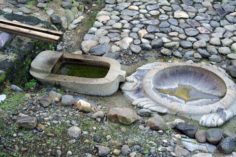 亀型石造物と小判型石造物