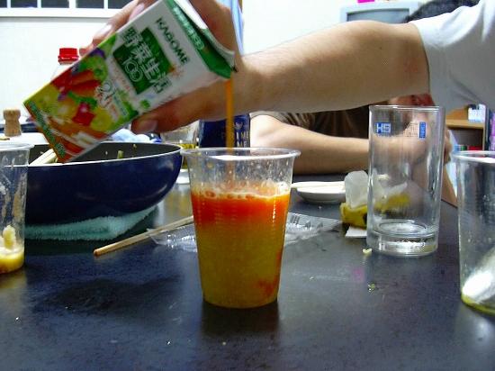 野菜ジュース注入中…