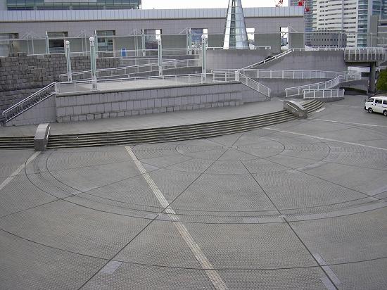 会場下の広場