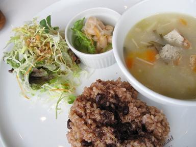 雑穀ライスと野菜のスープ、お豆の酢の物と有機野菜のサラダ(だっけ?)