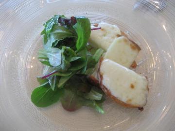 フレッシュペコリーノチーズのオーブン焼き グリーンサラダと共に