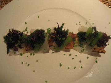 沖漬けにしたアオリイカの炙りカルパッチョ カラスミを添えて ぬき菜のサラダ