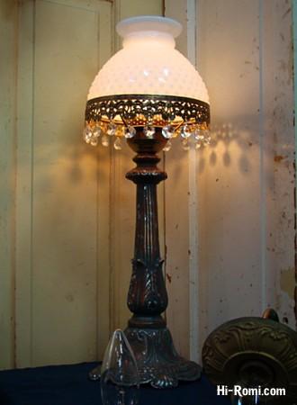 ホブネイルシェードと、オクタゴンプリズムが華やかなボリューム大のテーブルランプ。