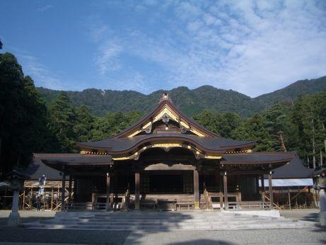 弥彦神社本殿前