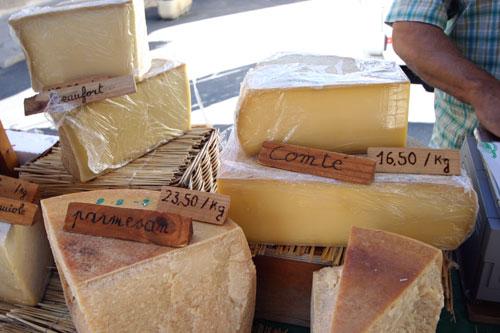 ゴルドの朝市でチーズ