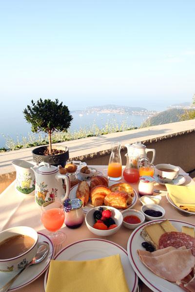 テラスで朝食(エズ)