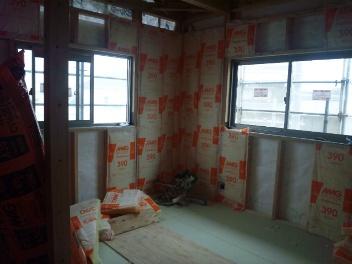 2F洋室B壁断熱材入れ