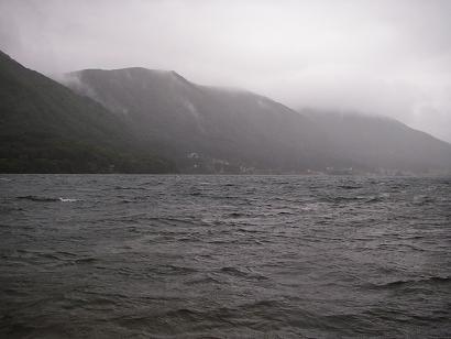 大荒れの湖
