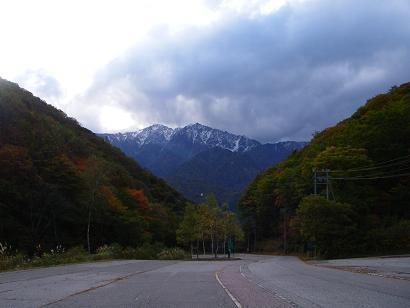 紅葉と雪の積もった北アルプス