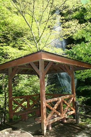休息小屋と滝