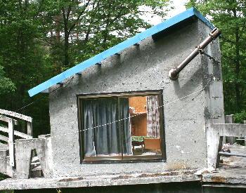 ヨモギを干してる建物