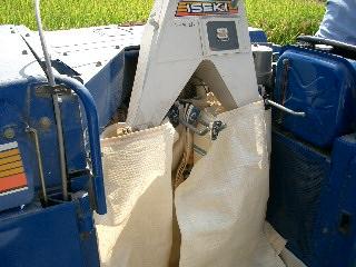 籾袋がいっぱいになったら交換します