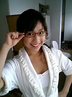 眼鏡をかけた鈴木あきえ