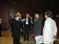 板谷団長から許会長に記念品を贈呈