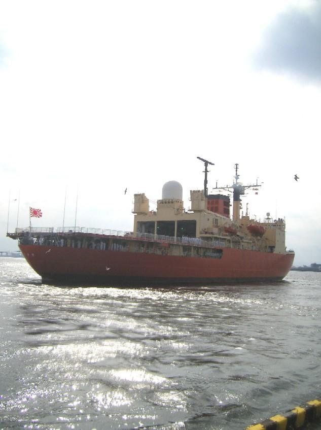 南極観測船しらせ号名古屋港離岸