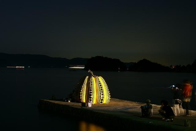 直島 黄カボチャ 夜景