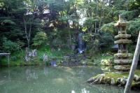 兼六園 [翠滝](みどりたき)と海石塔(かいせきとう)