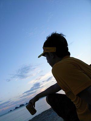 海を見る男