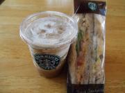 コーヒーフラペチーノ&チキンサラダ サンドイッチ
