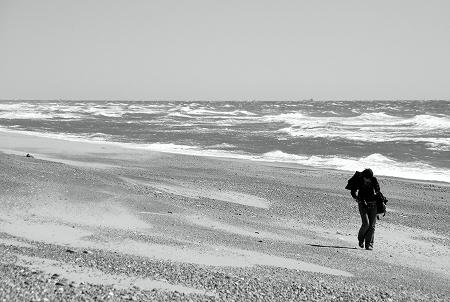 浜を歩くルハニさん