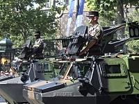 広場を警護する国民擲弾兵連隊の装甲車中隊