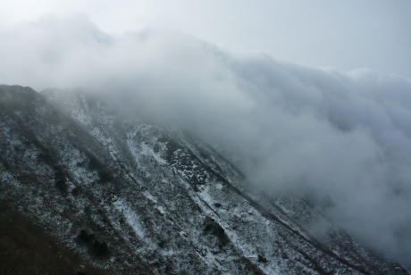 滝雲が流れる北壁