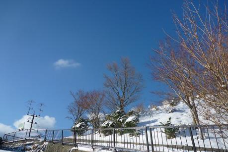 坂道の上の青空
