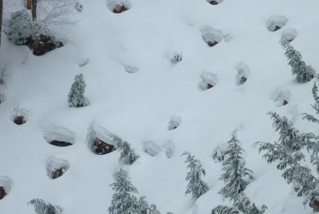 穴の開いた雪面