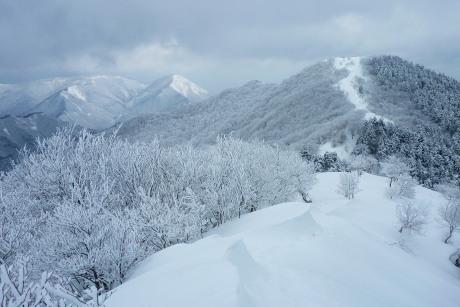 中央嶺から泉山へ