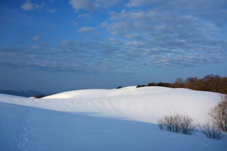 白い丘と羊雲