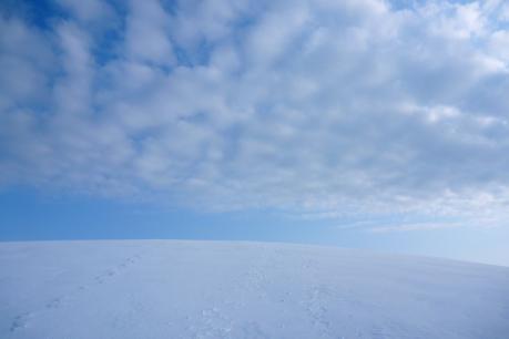 丸い丘と青空