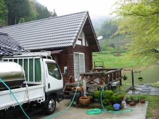 中田さん方で水汲み