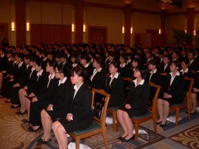 写真キャプション=韓会長の言葉を真剣な表情で聞く新入社員