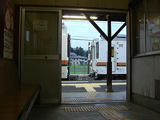 東上駅での数少ない交換風景を、駅の中から