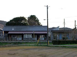 旧駅舎と新駅舎