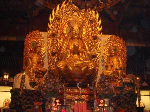 中央の仏像たち