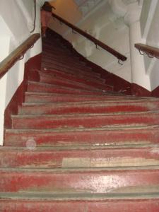 六和塔のきつい階段