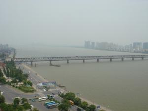 銭塘江を見下ろす