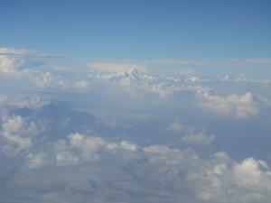 雲から出た山