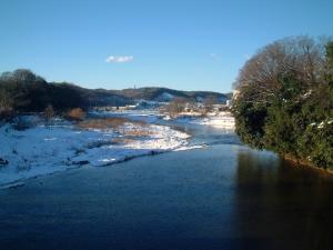 雪景色の入間川