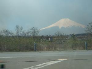 野焼きにくすむ富士