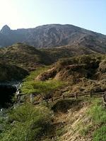 10阿蘇山高岳を仙酔峡登山口より望む、正面にある尾根づたいが登山コース、通称バカ尾根、山頂に近づくにつれて垂直になっていくため