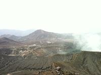 14阿蘇山中岳火口 第一火口から噴煙が上がってて、左にいくにつれて第七火口まで