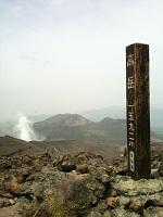 13阿蘇山高岳山頂より、左から、中岳火口と、烏帽子岳、杵島岳  阿蘇山は阿蘇五岳という5つの山からなっていて、高岳、中岳(火口がある山)、根子岳、烏帽子岳、杵島岳