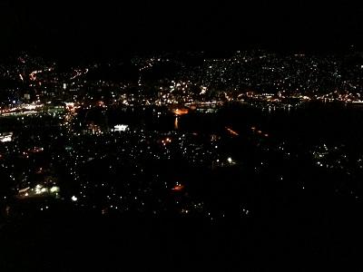 26日本三大夜景の一つ、長崎稲佐山からの夜景 携帯電話なので実際の半分ぐらいしか写ってませんが