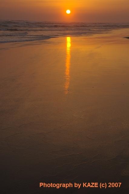 赤く染まる砂浜